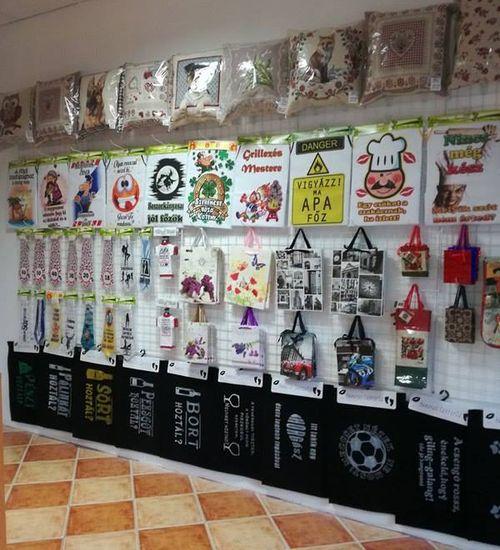 ... Ajándékok Készítése Ajándéktárgyak Vicces Ajándékok Hollóházi  Porcelánok Ajkai Kristály Neves Törölközők Készítése Bőr Pénztárcák  Levendulás Termékek 3f4747cd18